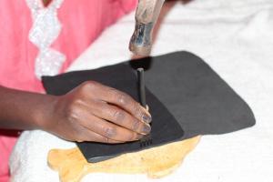 Plier le cuir de manière à former une pochette suffisament grande pour l'ipad et commencer et utiliser la griffes pour creer les trous par lesquels passera votre aiguile.